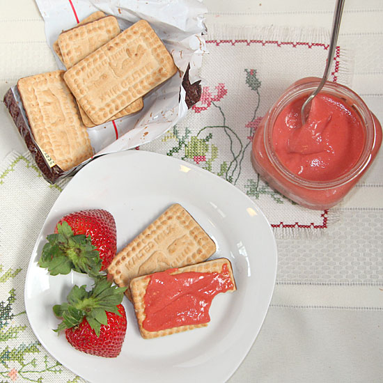 Strawberry curd with biscuits