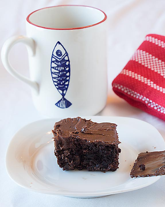 How do you make a brownie (even more) irresistible? Mix cocoa powder, butter, powdered sugar and vanilla and top with a delicious chocolate buttercream.